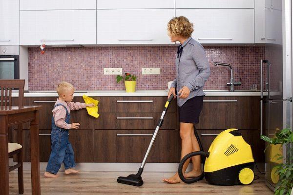 親子でキッチンの清掃