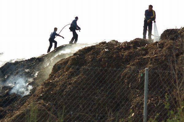 堆肥を作る男たち