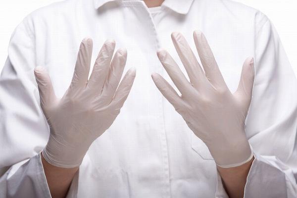 手袋をした手